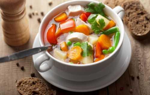 Такой салат можно приготовить из консервированного или маринованного перца