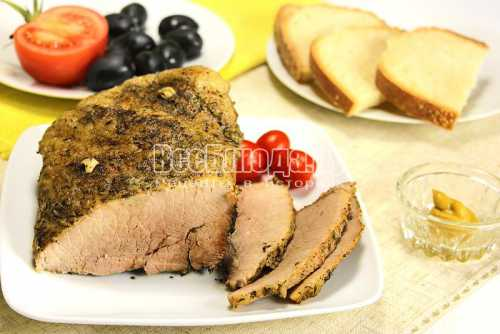 Прокалываем мясо иглой, насколько позволяет длина, и постепенно извлекая, выдавливаем из шприца сливки