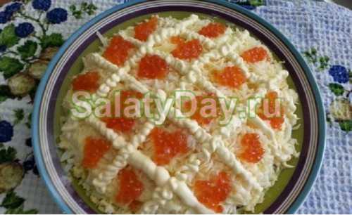 Твердый сыр, который заранее можно положить в морозилку, натереть на мелкой терке, выкладывать закуску слоями нужно на круглое блюдо или большую тарелку