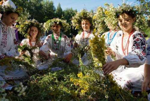 Девушки с венками из цветов