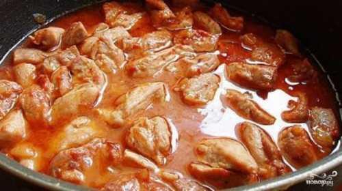 Нарезаем свинину небольшими кусочками произвольной формы, солим, перчим
