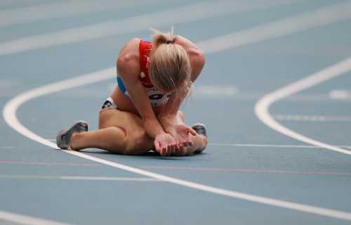 С приближением к инфаркту боль начинает иррадировать в левое плечо, в челюсть, шею, левую лопатку или руку